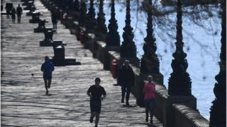 İngiltere'de önlemler nedeniyle sokağa çıkanların sayısı azaldı.