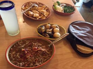 Carne en su jugo y acompañamientos servidos en Karne Garibaldi, Guadalajara, México.
