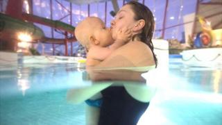 Madre e hijo en una piscina en Vaasa