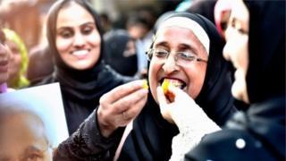 """Индияда мусулман аялдардын бир бөлүгү """"үч талакты"""" кылмыш деп тааныган жаңы мыйзамды колдоп жатышат."""