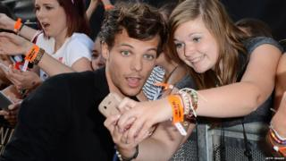 1D's Louis Tomlinson taking pictures with Directioners