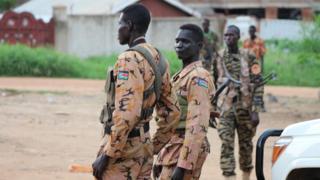 首都ジュバを警備する警官と兵士(10日)