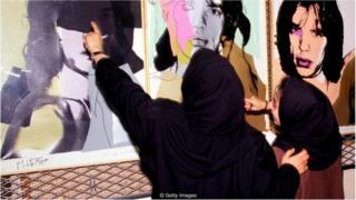 Funcionárias examinam retratos de Mick Jagger, de Andy Warhol, nos cofres do TMoCA em 1993