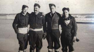 Hombres del escuadrón 518 en la playa en Tiree