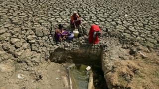 Женщины пытаются набрать воду