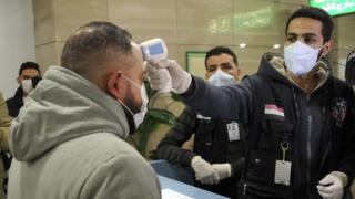 فحص الواصلين إلى مطار القاهرة