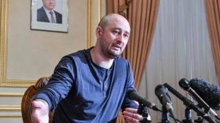 Anti-Kremlin journalist Arkady Babchenko addresses a press conference on May 31, 2018