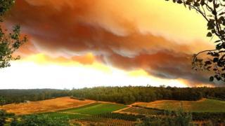 Humo de los incendios forestales que asolan la ciudad australiana de Perth el domingo.
