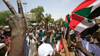 Abari mu myiyerekano barabandanya kwugariza ibiro bikuru vya gisirikare vya Sudani ku mugwa mukuru Khartoum