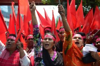 Bangladeşli kadın işçi ve eylemciler sokaklarda
