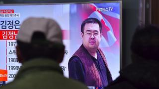 Personas miran noticias sobre Kim Jong-nam en un televisor.