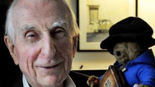 Michael Bond junto a un peluche del Oso Paddington.