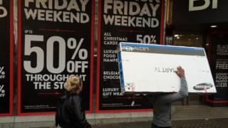 Una tienda con carteles de oferta por el Black Friday.