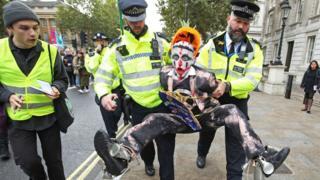 Manifestante do Extinction Rebellion é detido pela polícia durante protesto no centro de Londres