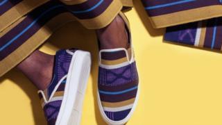 Shoe wey dem use Aso-Oke design