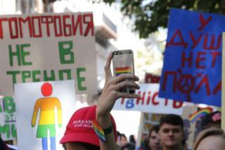 Минулого року хода проти дискримінації представників ЛГБТ-спільноти у центрі Києва зібрала до тисячі учасників
