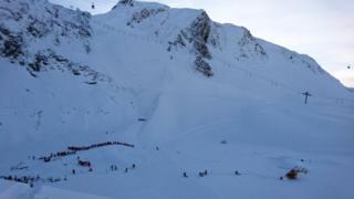 雪崩現場を捜索する救助隊