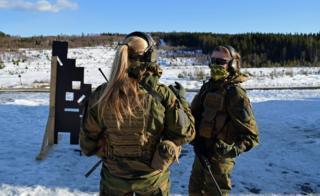 две женщины-солдата