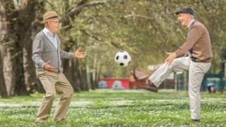 Пожилые люди играют в мяч