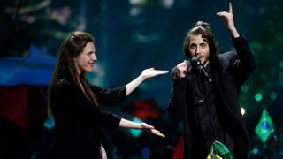 Ніжну і романтичну пісню Amar Pelos Dois для Сальвадора написала сестра Луїза