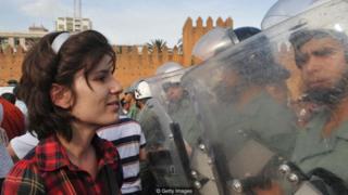 मोरोक्कोमध्ये सुरक्षा दलांसमोर निडरपणे उभी राहाणारी मुलगी