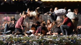 People wey go country music festival dey take coveras di after mass shooting for Las Vegas, October 1, 2017