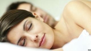 最好的做法就是保持规律的就寝时间和起床时间。这一点很重要。