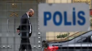 حارس أمن أمام مدخل القنصلية السعودية في إسطنبول