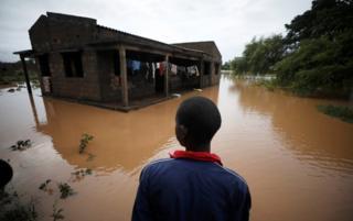 online dating آیریو کاواندا در سالن پس از سیکلون کنت در روستای ویمب در پمبا، موزامبیک، در تاریخ 29 آوریل 2019 به خانه سیلابش نگاه می کند