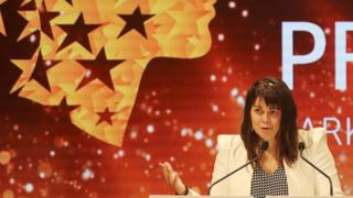 Canadian teacher Maggie MacDonnell delivers a speech after receiving the Global Teacher Prize during a ceremony in Dubai on March 19, 2017. MacDonnell, who works in a fly-in only village in the Arctic, was among 10 finalists chosen from 179 countries and won a $1 million prize.