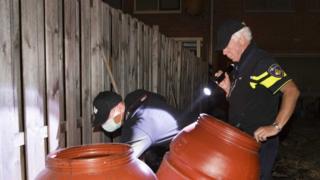 پلیس در حال بازرسی خانه یکی از متهمان