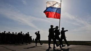 Российские военные во время репетиции парада на военном аэродроме Кача в 2018 году