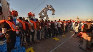 Des migrants secourus par la croix rouge maltaise