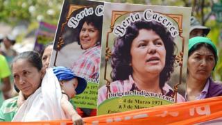 Manifestación exigiendo justicia por Berta Cáceres