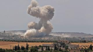 İdlib'in Han Şeyhun kasabasındaki saldırı sonrası bölgeden yükselen dumanlar böyle görüntülendi.
