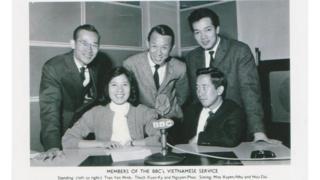 Hình chụp ông Trần Minh cùng ban Việt ngữ BBC