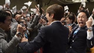 東京五輪開催が決まって喜ぶ招致委代表団(2013年9月)