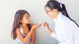 Una doctora le da medicina a una niña.