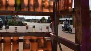 Des bouteilles d'essence en vente a Ouagadougou