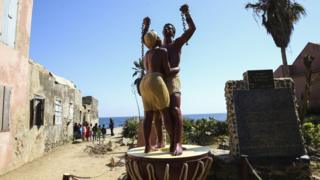 Esta estatua de la emancipación fue construida en una isla en Senegal que fue usada por barcos de esclavos de Portugal, Francia, Inglaterra y Holanda.