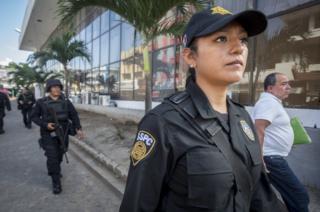 Conchita López en una patrulla.