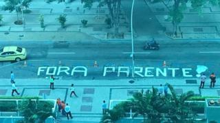 Pichação na rua em frente à sede da Petrobras, no Rio, pede a saída de Pedro Parente do comando da estatal