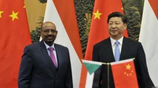 """2015年9月,中国国家主席习近平欢迎苏丹总统巴希尔访华,并称巴希尔为""""中国人民的老朋友""""。"""
