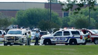 Autos de policía en los aledaños de la escuela.