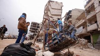 کودکان در منطقه صلاحالدین حلب بازی میکنند که تحت کنترل دولت بشار اسد است