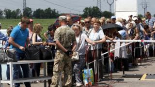 Черга біля контрольного пункту в'їзду/виїзду Мар'їнка на Донбасі