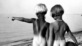 两位裸体小女孩站在德国某沙滩上(1932年)