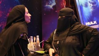 Riyad'da bir sinemada kadınlar