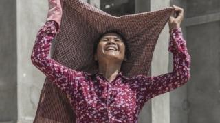 कंबोडिया की एक महिला मज़दूर.