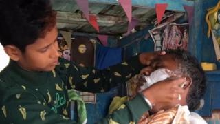انڈین ریاست اتر پردیش کی نہیا شرما کو والد کی معذوری کے بعد حجام بننے کے لیے مردانہ لباس پہننا پڑا